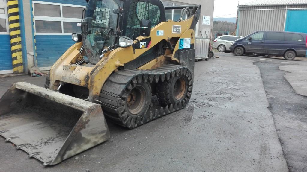 CAT 262 C s pásy